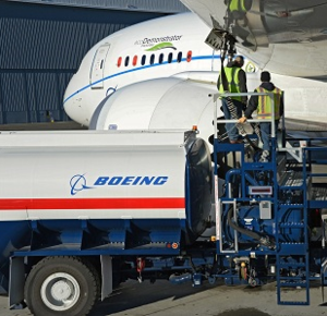 Boeing technicians fuel a 787 with a green diesel blend for a test flight on Dec. 3. (Photo/Boeing Co.)